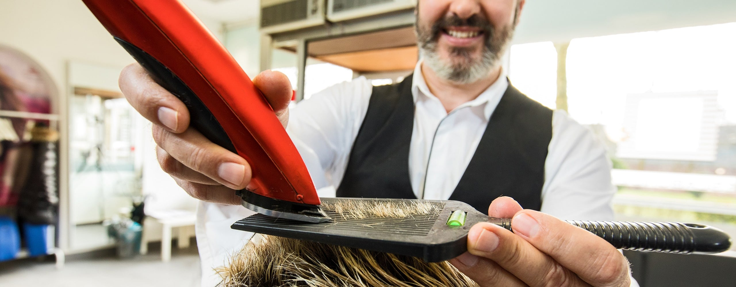 Nahaufnahme von Memo beim Haare schneiden in Memo's Haarstudio